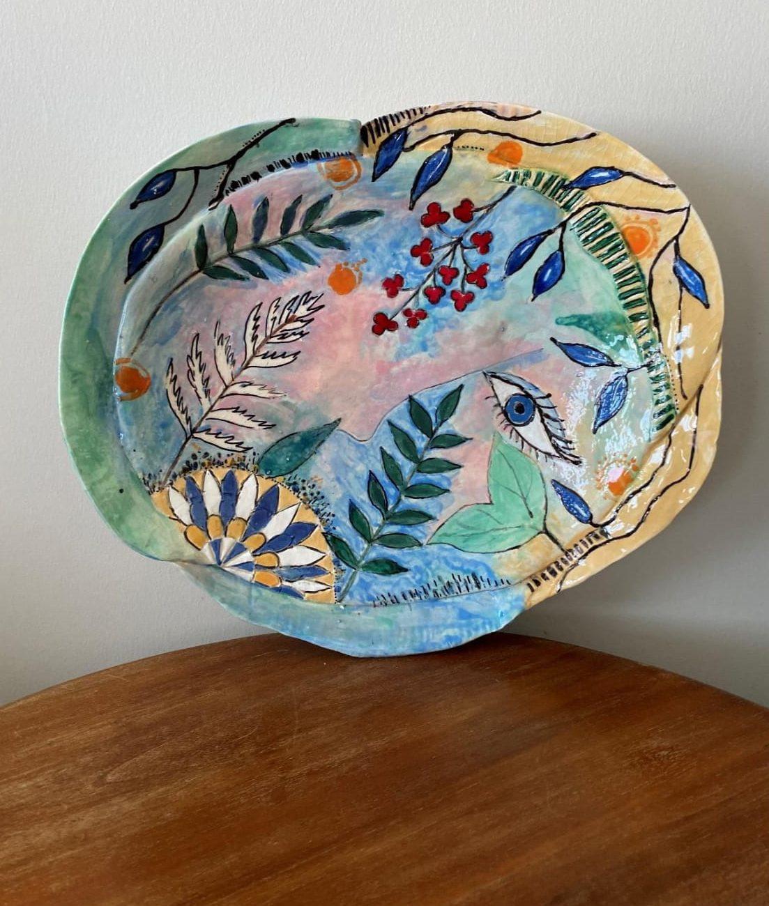 Bahara Bakış Duvar Tabağı Teknik: Beyaz Çamur Angope Sır Altı Karışık Teknik Ölçü : 30 x 35 cm Fiyat :1000 TL