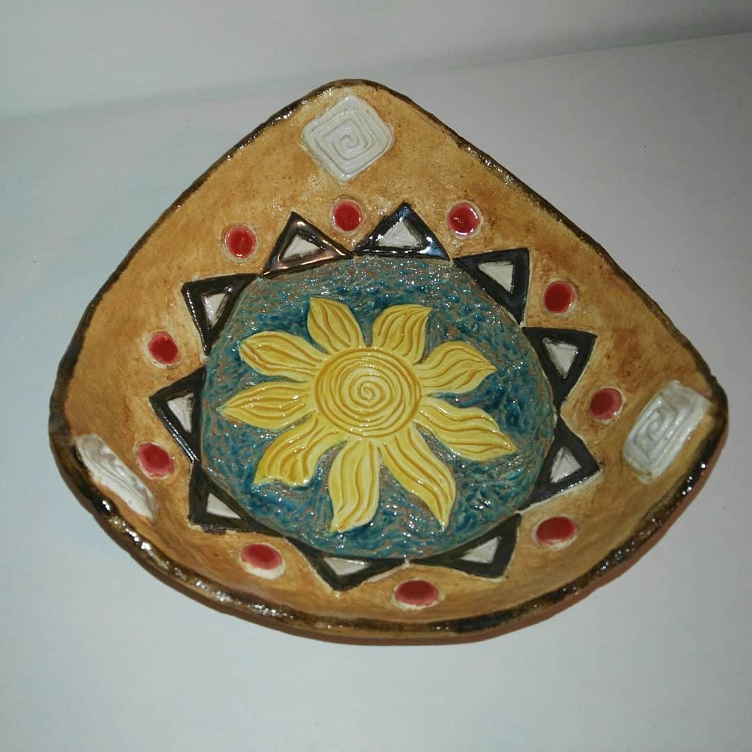 Emine Kumaş - Eser Adı : Antik Tabak Teknik : Şamotlu çamur , elle şekillendirme , sırlı antik tabak  Ölçü: En: 21 cm Y:5 cm Fiyat : 360 TL