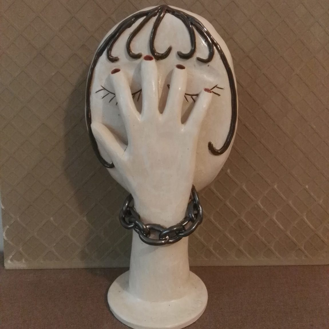 Sanatçı : Emine Kumaş -  Eser Adı: Zincirli Kız Teknik:  Beyaz çamur elle şekillendirme sırlı seramik heykel - Ölçü: Y:35 Alt taban: 15 cm - Fiyat : 1.180  TL