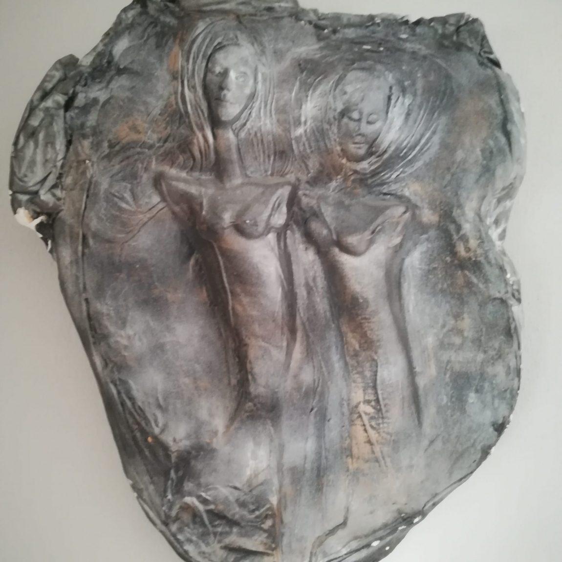 Sanatçı : Gülseren Dalbudak  -  Eser Adı: Dedikoducular  - Teknik: Alçı  - Ölçü: 60 x 70 cm-  Fiyat : 6.850 TL