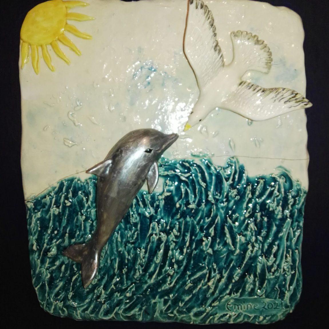Sanatçı : Emine Kumaş -  Eser Adı: Buluşma Teknik:  Beyaz çamur elle şekillendirme sırlı seramik rolyef - Ölçü: En:29 cm Boy: 32 cm - Fiyat : 2.150 TL