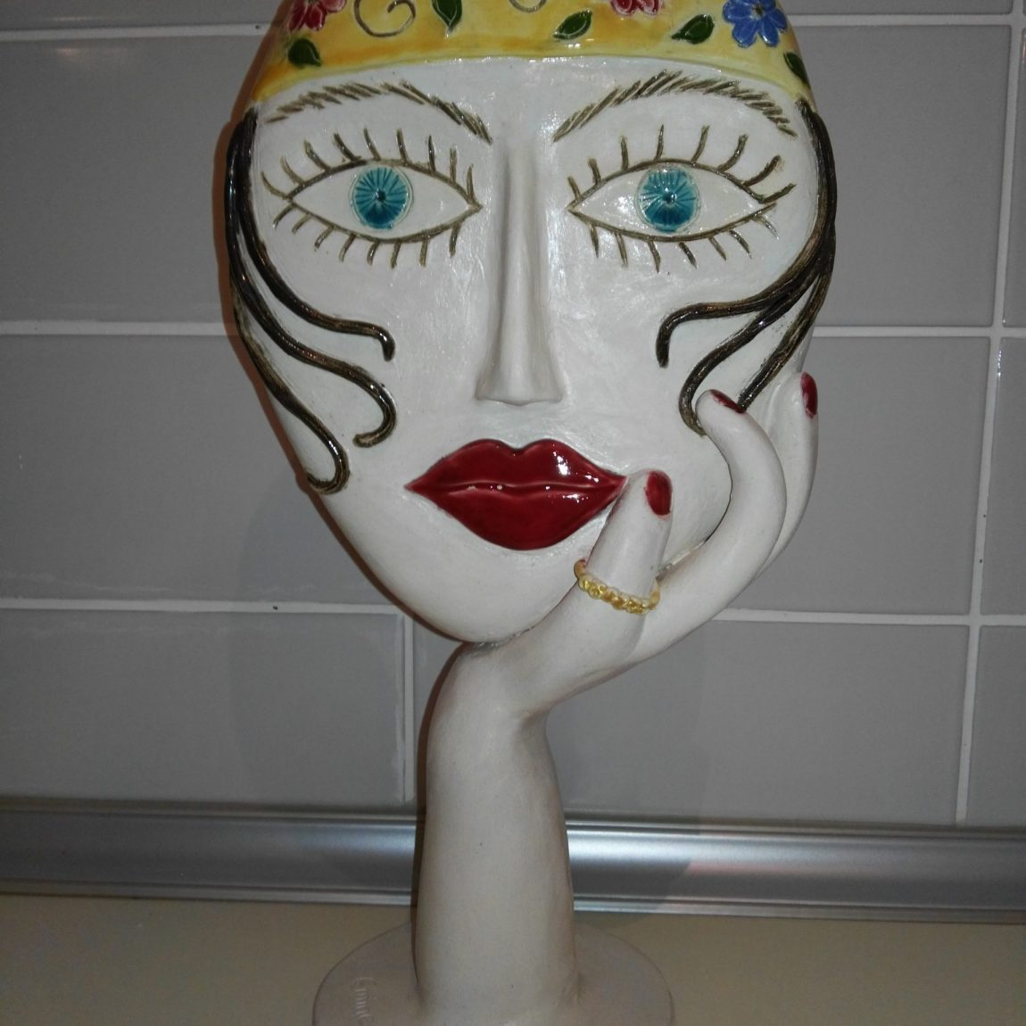 Emine Kumaş - Eser Adı: Çingene Kızı Teknik: Beyaz çamur , elle şekillendirme , sırlı seramik heykel Ölçü: Y: 36 cm Alt taban :15 cm Fiyat : 530 TL