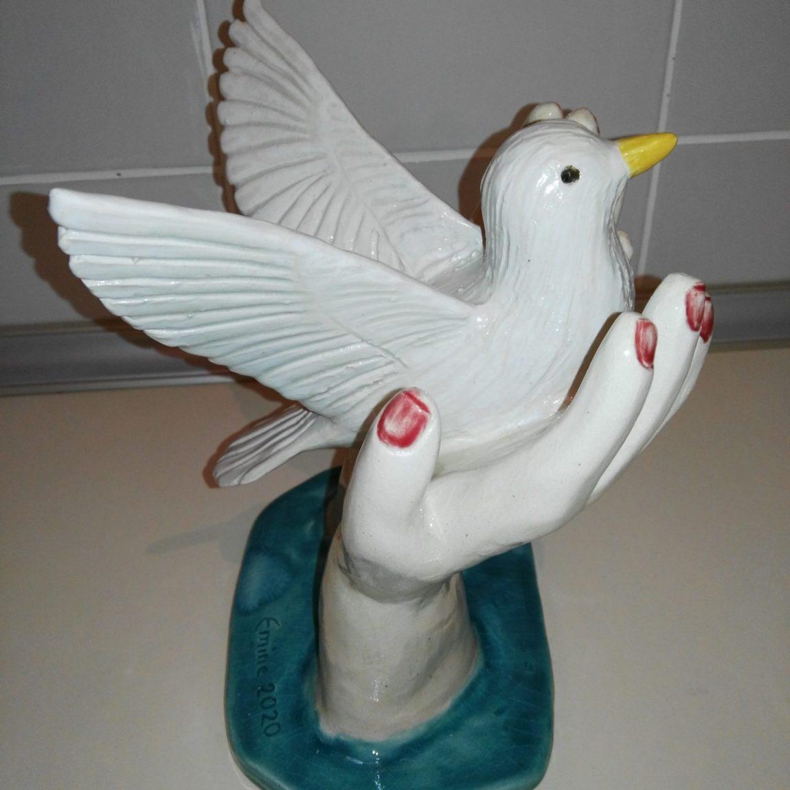 Sanatçı : Emine Kumaş -  Eser Adı: Kuşlu HeykelTeknik:  Beyaz çamur elle şekillendirme sırlı seramik heykel - Ölçü: Y:23 Alt taban: 18 cm - Fiyat : 1.180  TL